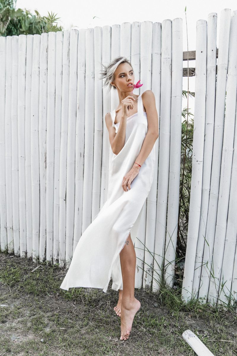 Balistarz-model-Kris-Goman-portrait-shoot-in-a-white-dress-with-a-flower