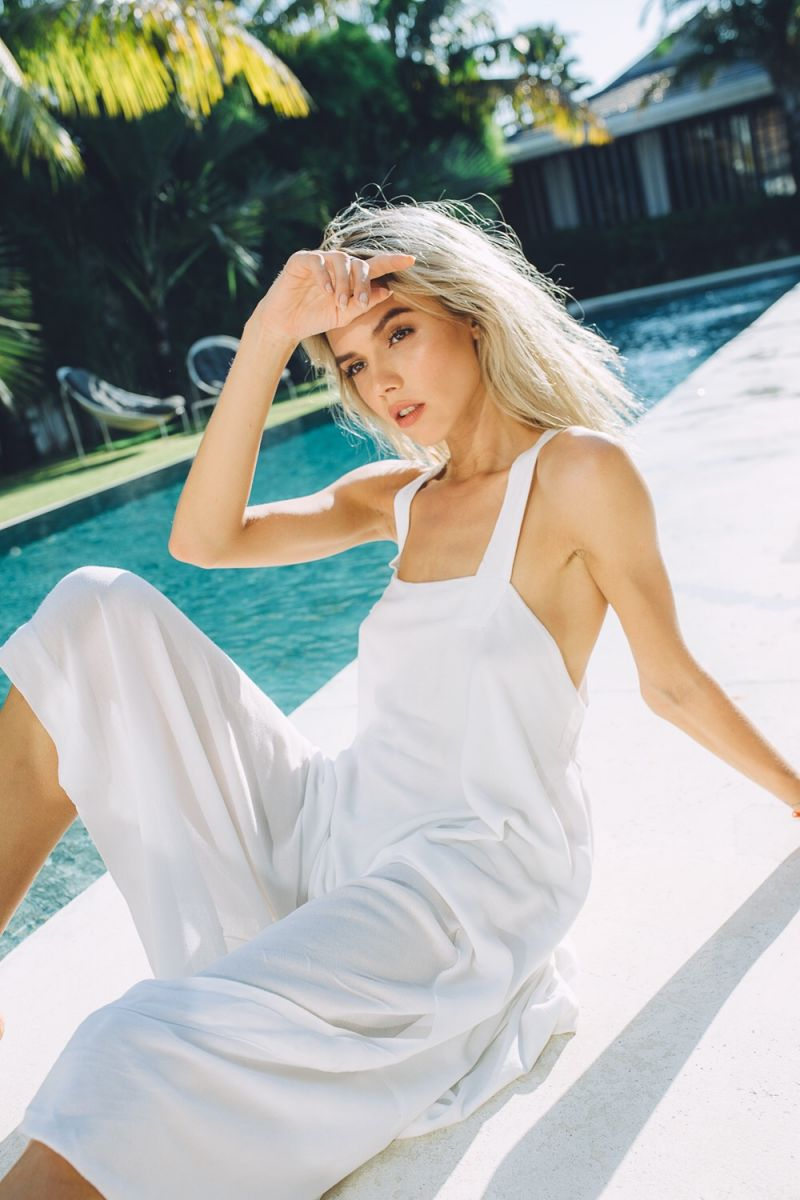 Balistarz-model-Kris-Goman-portrait-casual-shoot-in-white-dress-in-front-of-pool