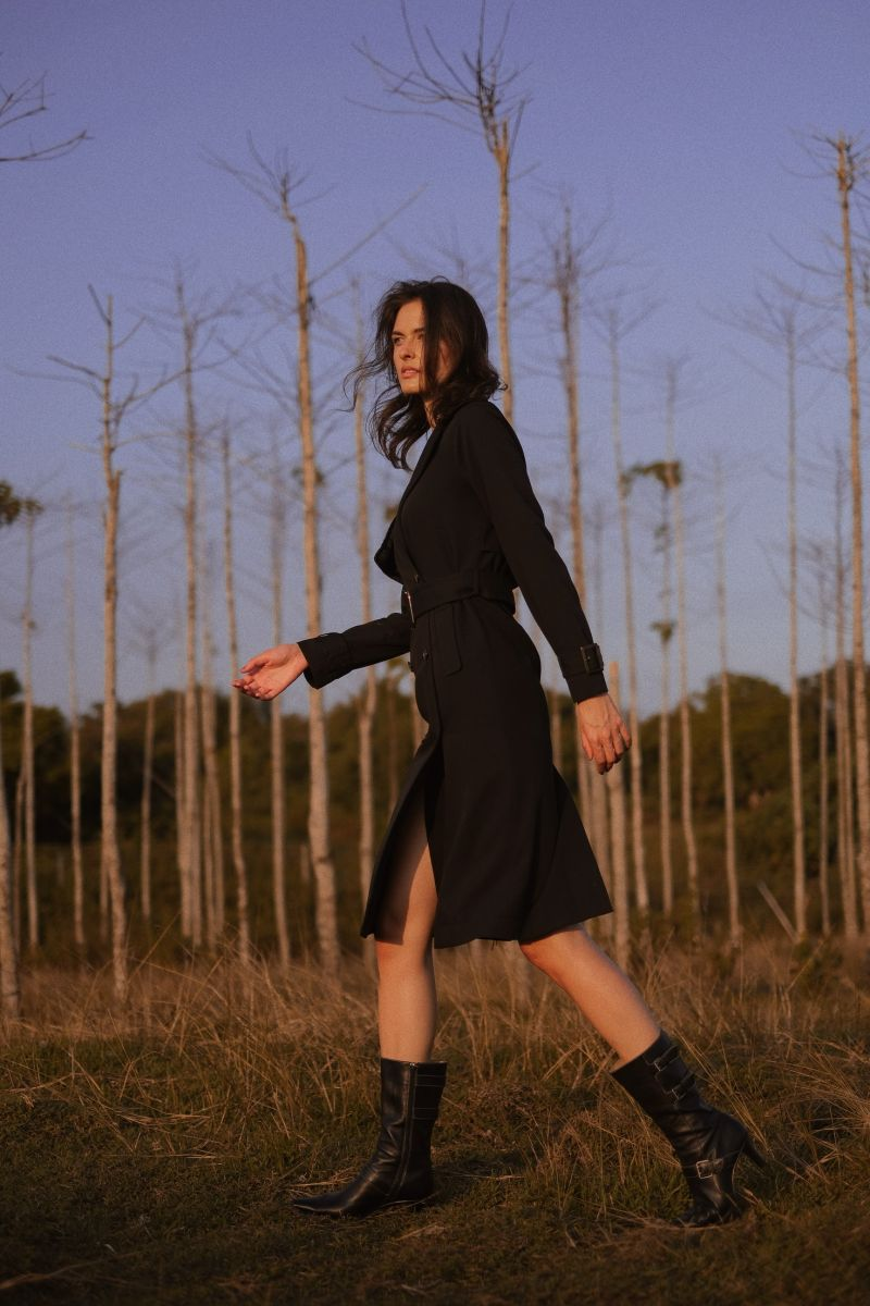 Balistarz-model-Kris-Goman-portrait-evening-shoot-walking-in-a-black-coat-on-a-field