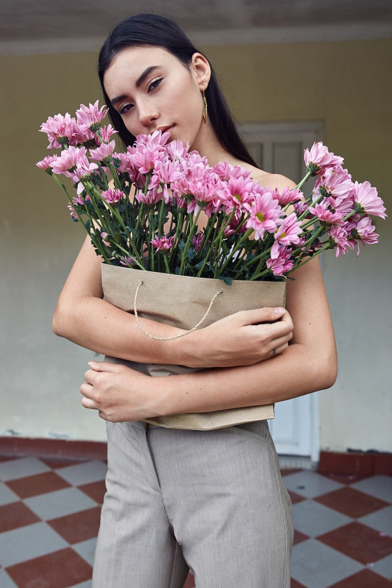 Balistarz-model-Krista-Lunn-a-beautiful-girl-portrait-bringing-a-bag-of-flowers