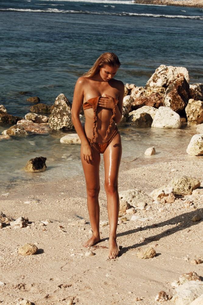 Balistarz-model-Laura-Ziedone-portrait-beach-shoot-walking-on-the-shore