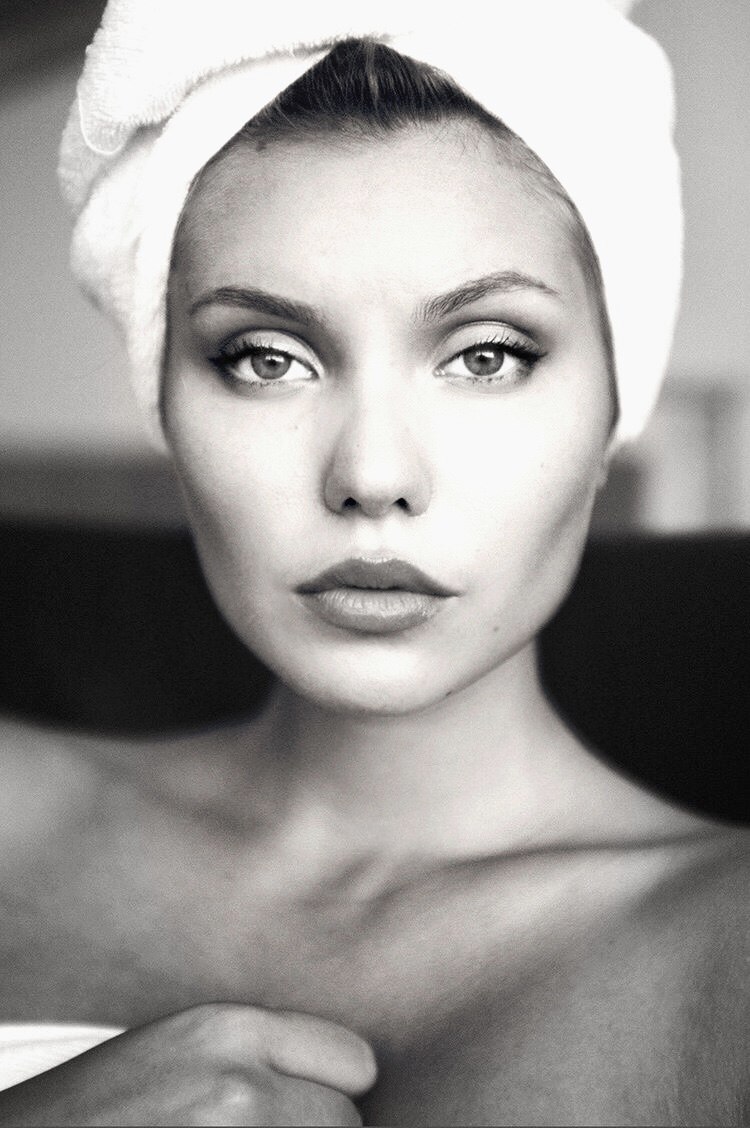 Balistarz-model-Laura-Ziedone-portrait-closeup-black-and-white-shoot