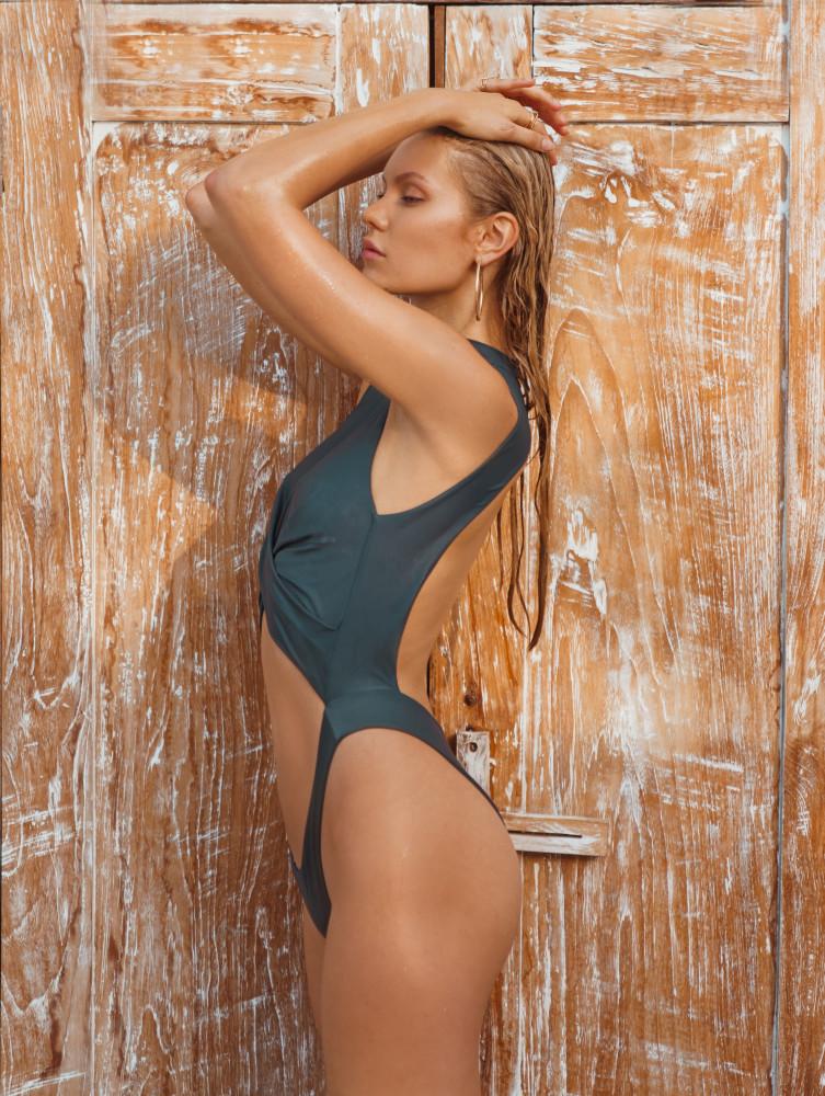 Balistarz-model-Laura-Ziedone-protrait-shoot-in-a-swimsuit-in-front-of-a-wooden-door