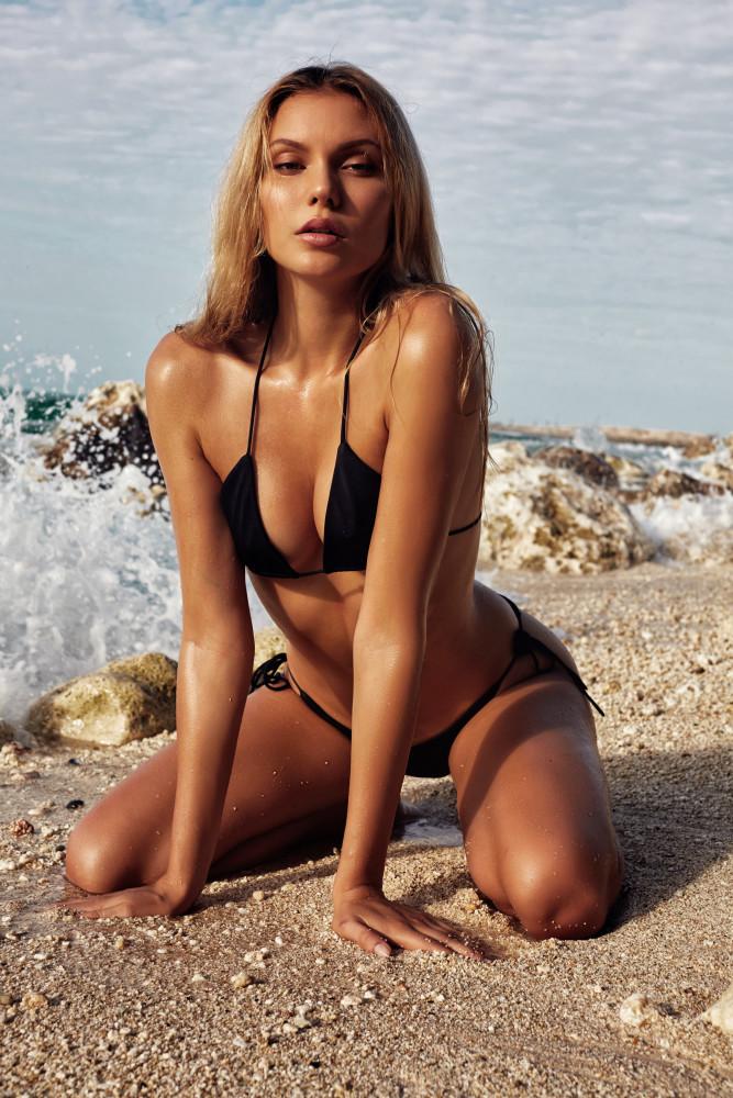 Balistarz-model-Laura-Ziedone-portrait-beach-shoot-with-a-black-bikini-and-a-beautiful-sky