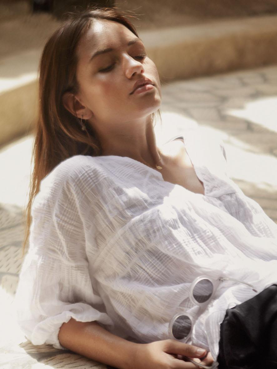 Balistarz-model-Lente-Hugen-portrait-in-casual-fashion-outfits-enjoy-the-sun