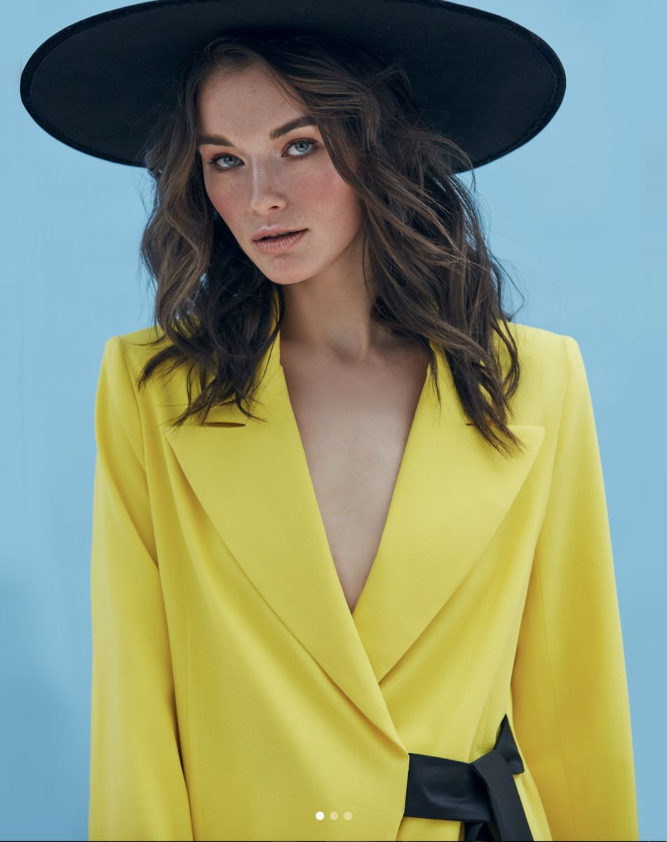 Balistarz-model-Lisa-portrait-shoot-yellow-coat-hat