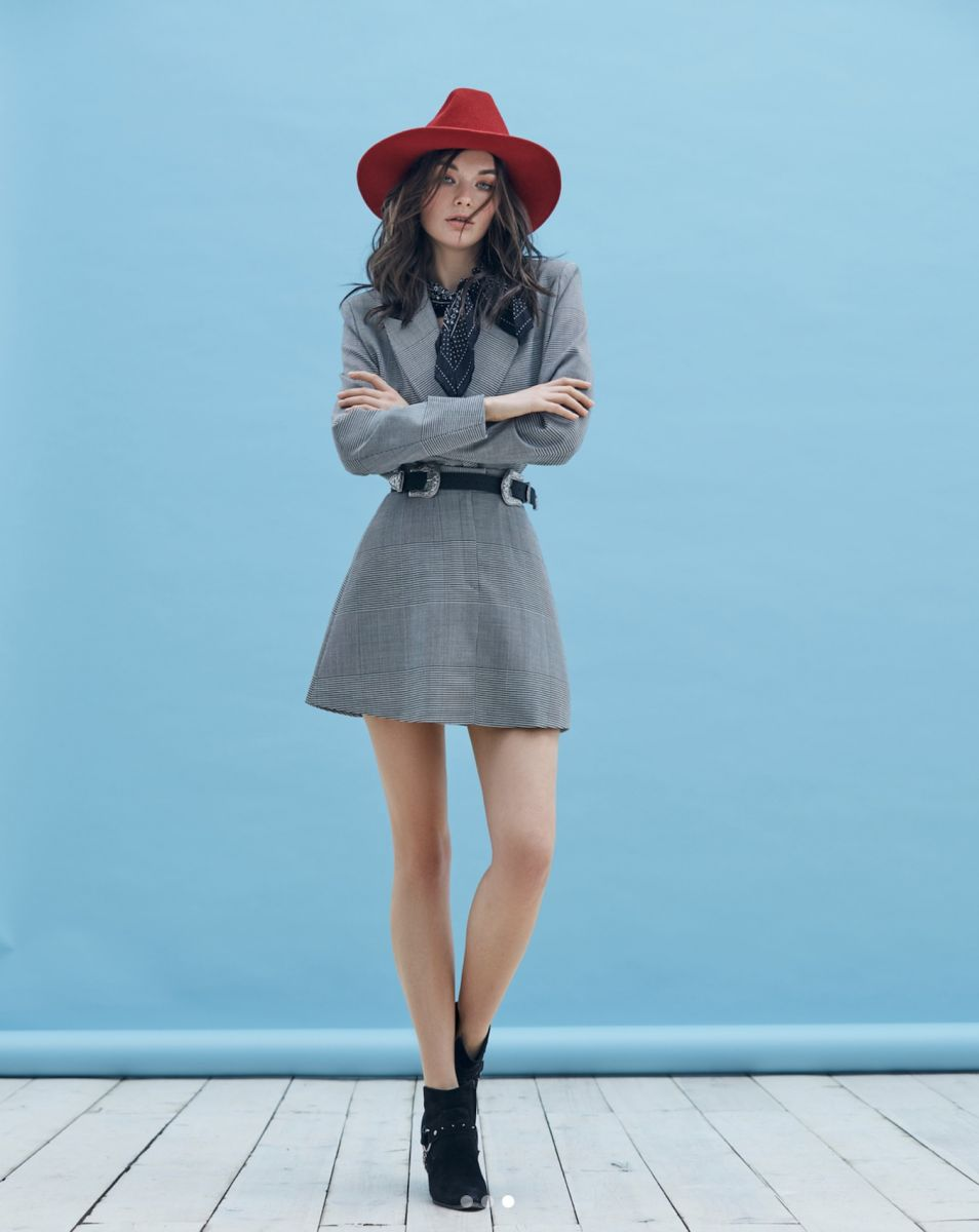 Balistarz-model-Lisa-Ababkova-portrait-shoot-blue-background-grey-outfit-red-hat