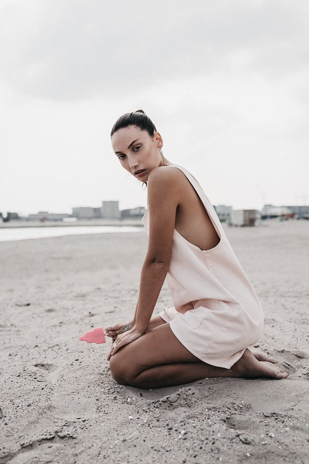 Balistarz-model-Lizette-Croes-relaxing-on-the-beach-with-a-ice-cream