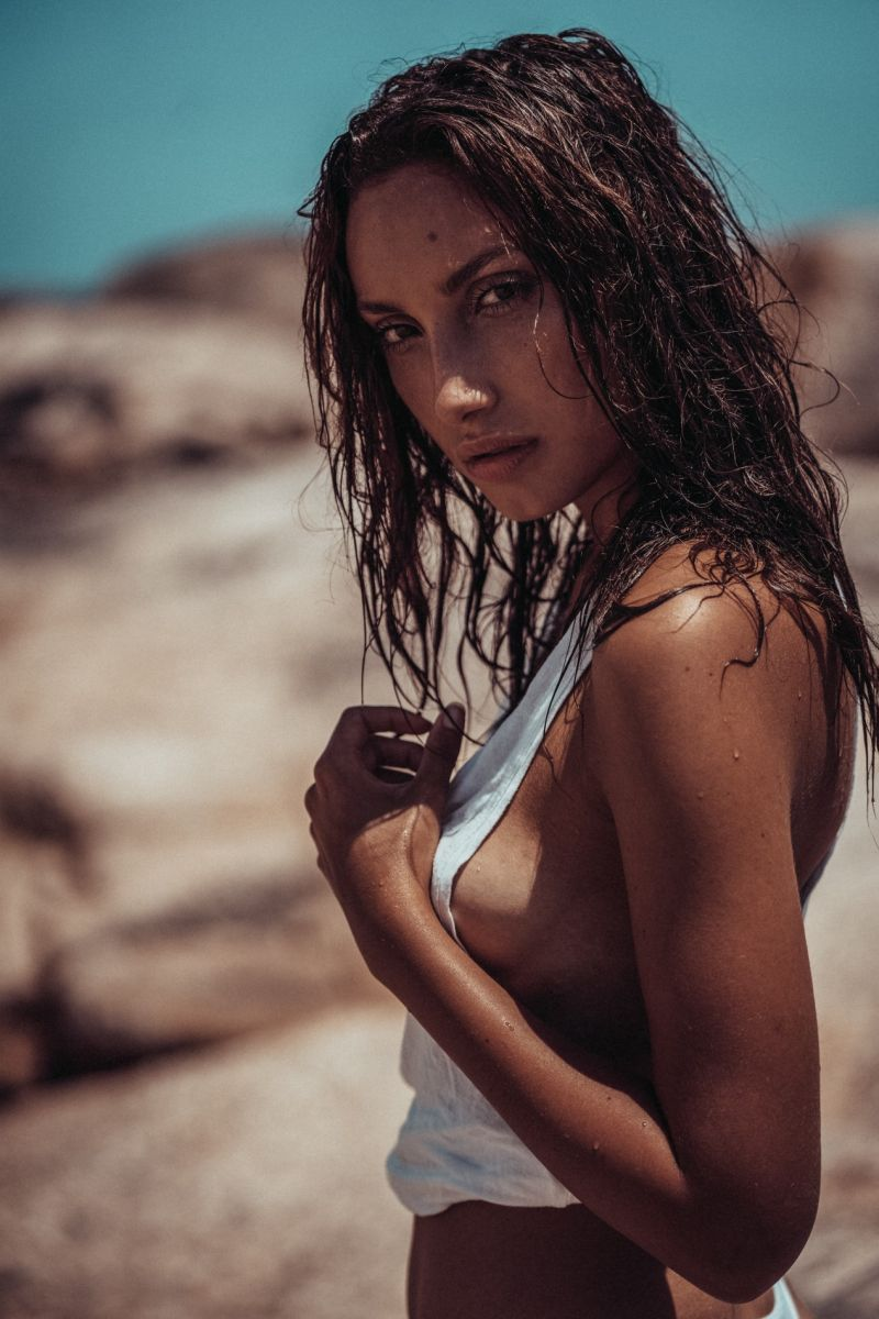 Balistarz-model-Lizette-Croes-beach-shoot-with-white-shirt