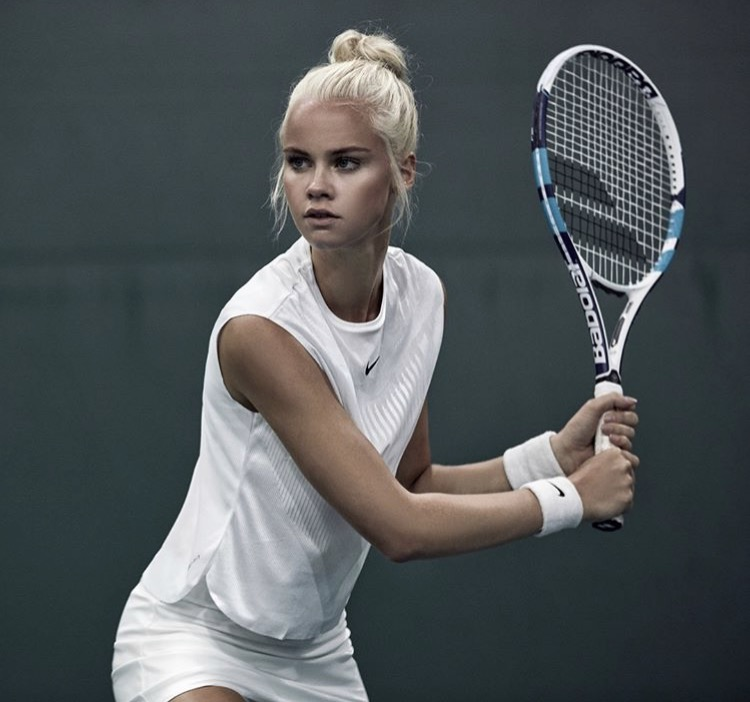 Balistarz-model-Lotte-Keijser-tennis-shoot-portrait-in-shorts-and-white-shirt