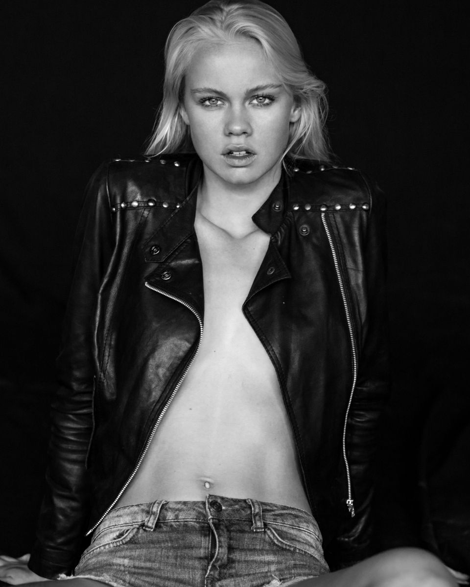 Balistarz-model-Lotte-Keijser-black-and-white-shoot-with-leather-jacket-and-blue-jeans