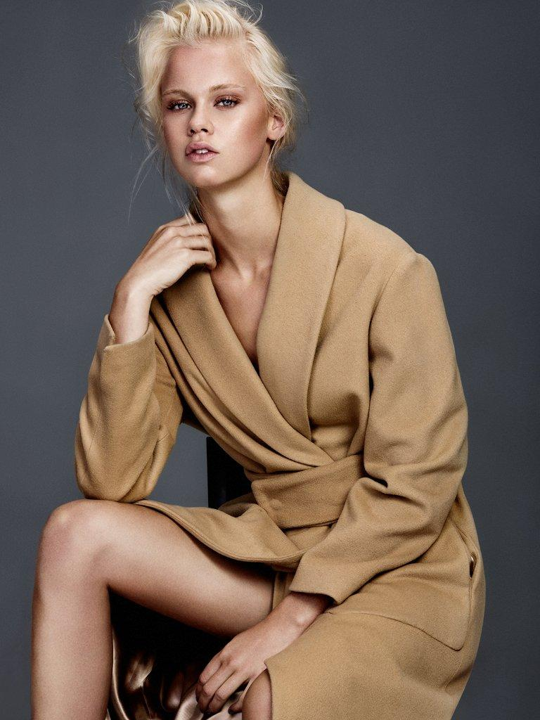 Balistarz-model-Lotte-Keijser-portrait-shoot-sitting-on-a-chair-with-a-brown-coat