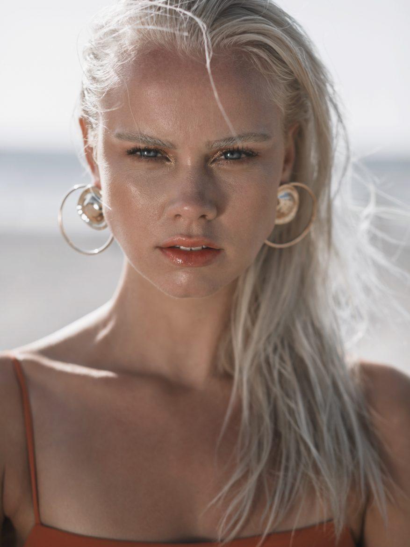 Balistarz-model-Lotte-Keijser-headshot-profile-shoot-in-orange-shirt-earrings