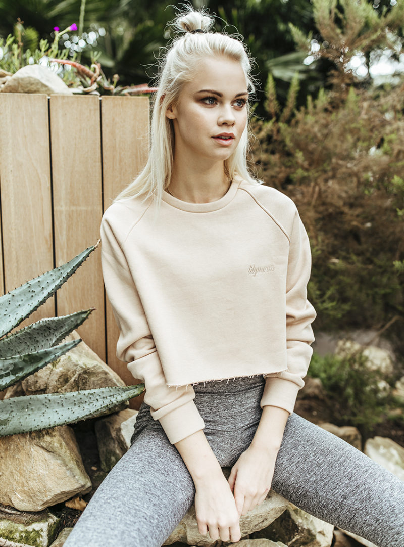 Balistarz-model-Lotte-Keijser-outside-shoot-white-long-sleeve-grey-pants