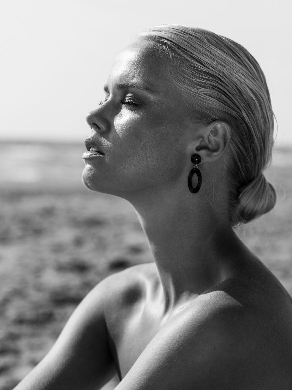 Balistarz-model-Lotte-Keijser-black-and-white-beach-shoot