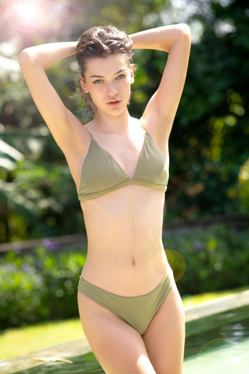 Balistarz-model-Macili-Massine-portrait-shoot-in-a-green-swimsuit-and-a-pool
