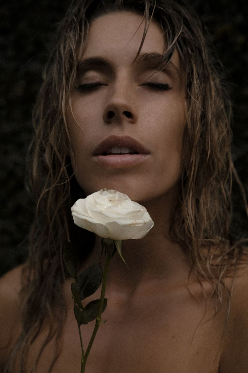 Balistarz-model-Madeline-Relph-art-style-close-up-portrait-white-rose-moody-feeling-image
