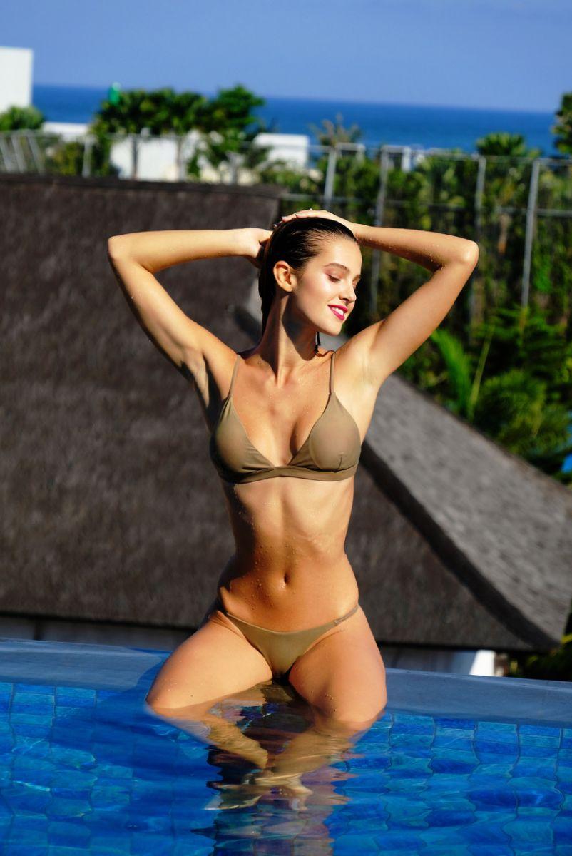 Balistarz-model-Maria-Zaitseva-sitting-on-the-edge-of-the-pool