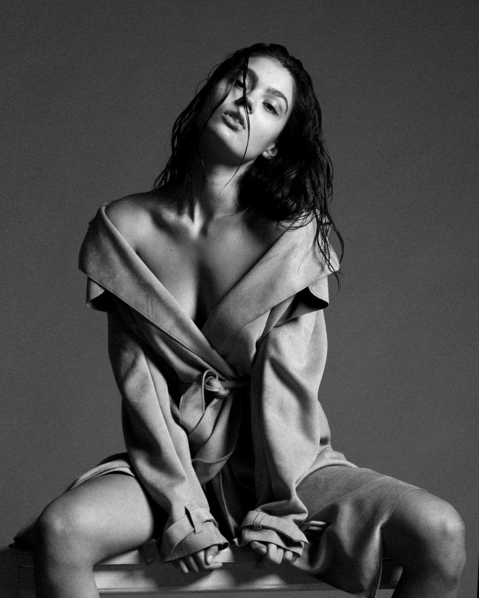 Balistarz-mode-Marina-Yarosh-portrait-black-and-white-shoot-with-a-long-coat