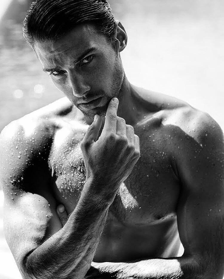 Balistarz-model-Mitchell-Wick-black-and-white-photo-taking-portrait-at-the-beach-while-his-body-is-wet