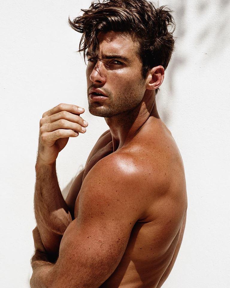 Balistarz-model-Mitchell-Wick-portrait-profile-photo-under-an-excellent-ambient-sun-light