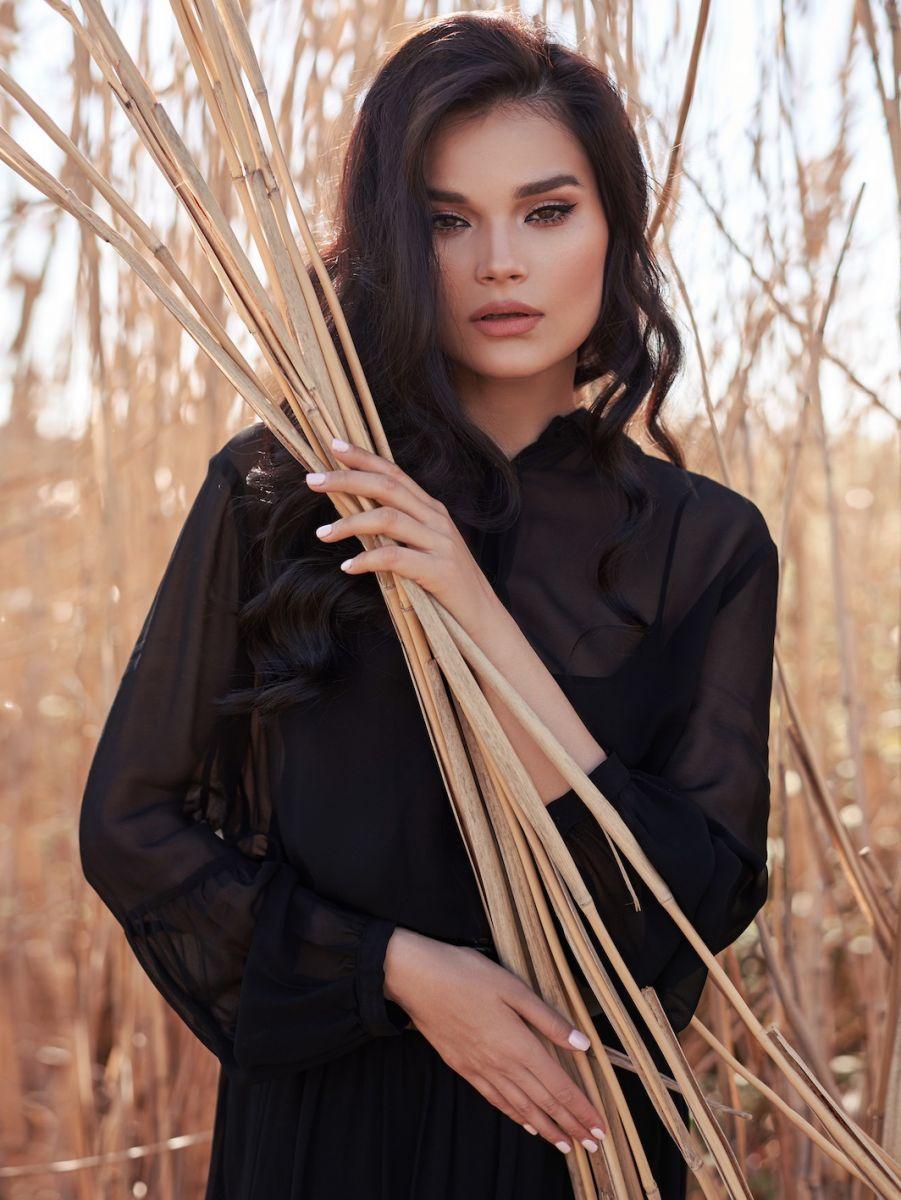 Balistarz-model-Oksana-Stoyanovskaya-portrait-shoot-in-a-black-top-holding-wood