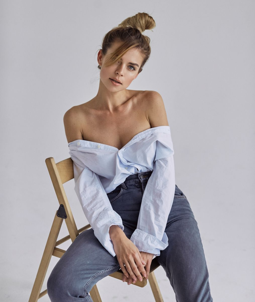 Balistarz-model-Olesya-Z-portrait-shoot-blue-jeans-and-shirt-with-wooden-chair