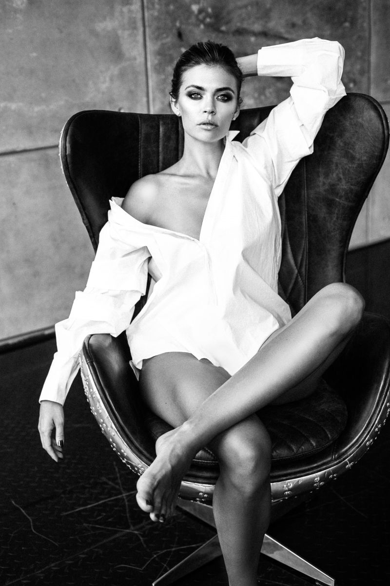 Balistarz-model-Olesya-Z-black-and-white-shoot-in-white-button-up-on-luxury-chair