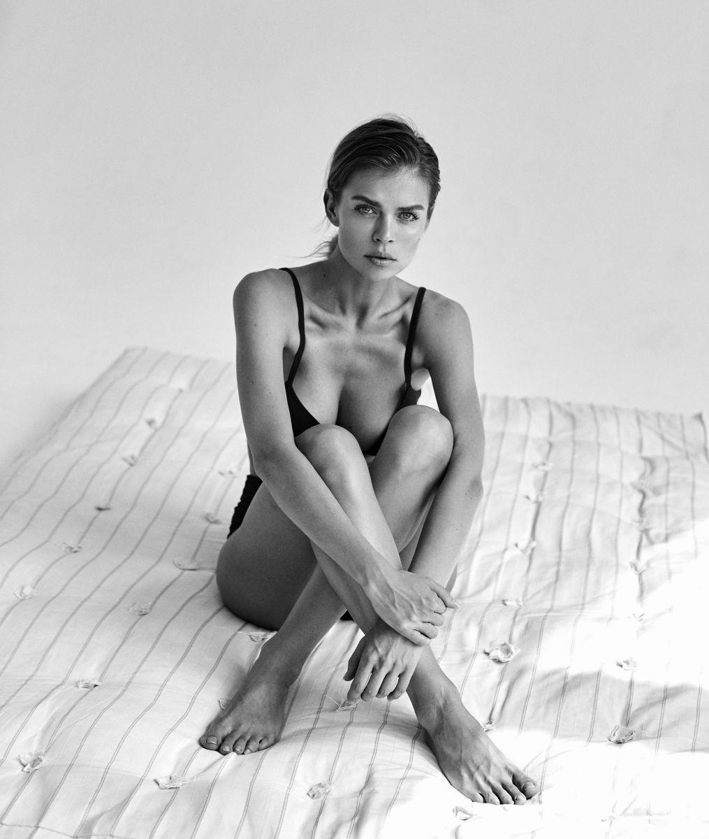 Balistarz-model-Olesya-Z-black-white-portrait-shoot-on-bed-with-black-clothes