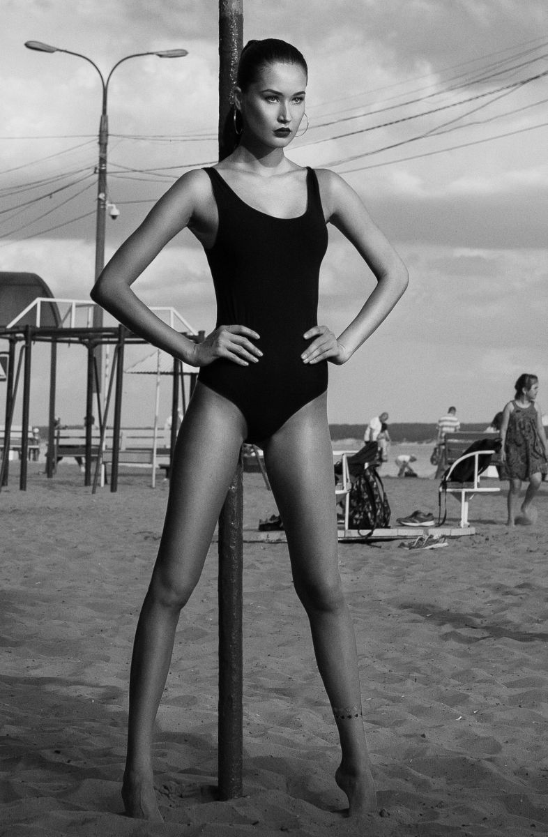 Balistarz-model-Olga-Portnova-black-and-white-portrait-shoot-in-front-of-a-pole-in-a-black-swimsuit