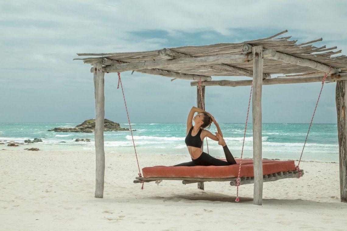 Balistarz-model-Olha-Chastnikova-yoga-on-the-beach-relaxation