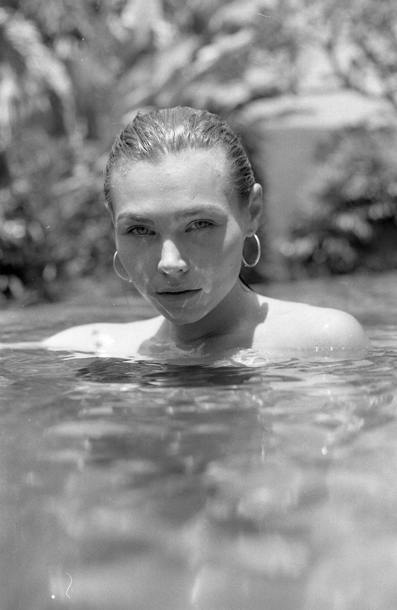 Balistarz-model-Olya-Nechiporenko-black-and-white-photo-dipping-in-the-water
