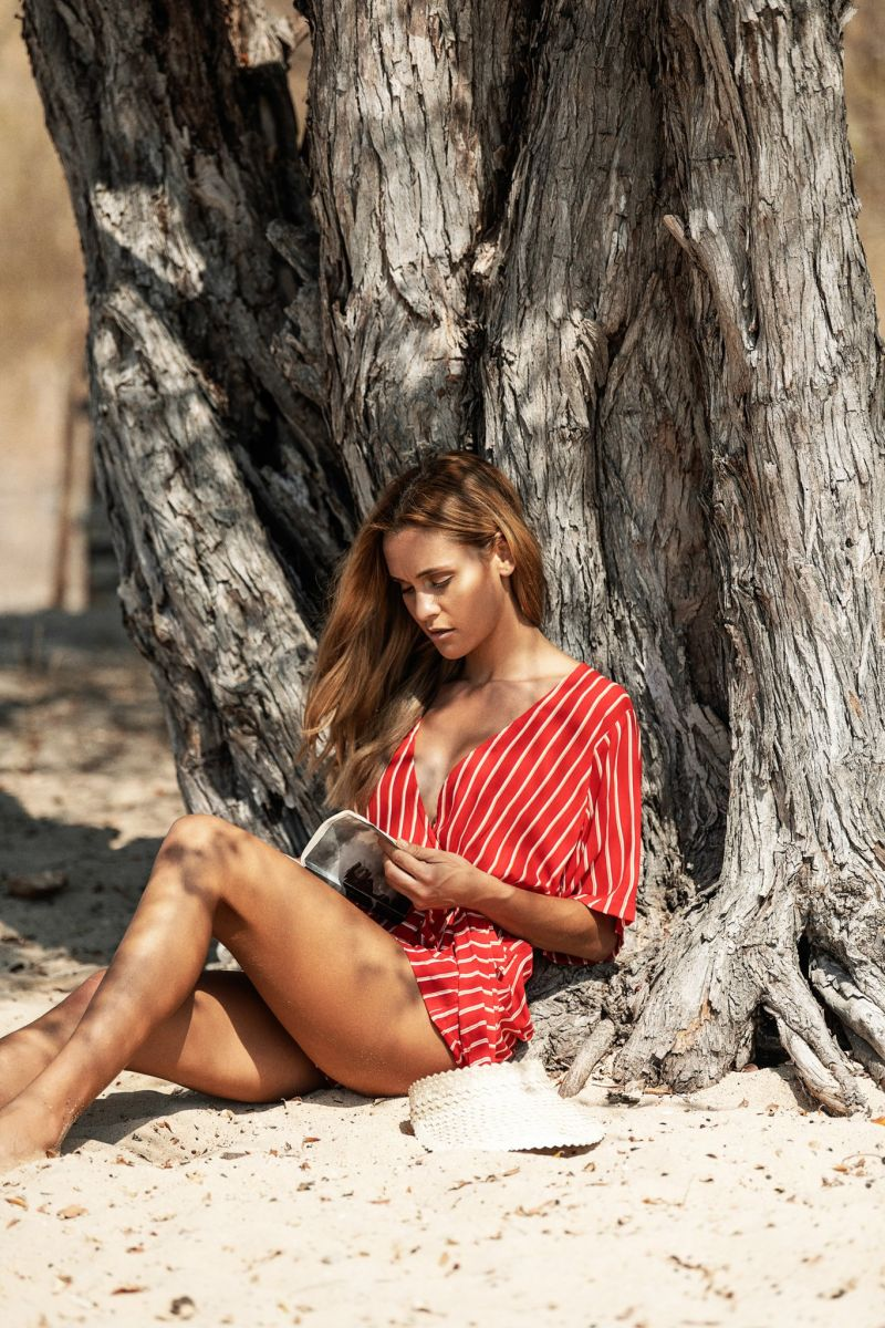 Balistarz-model-Paula-Salort-portrait-beach-shot-reading-a-book-against-a-tree-by-Beachgold