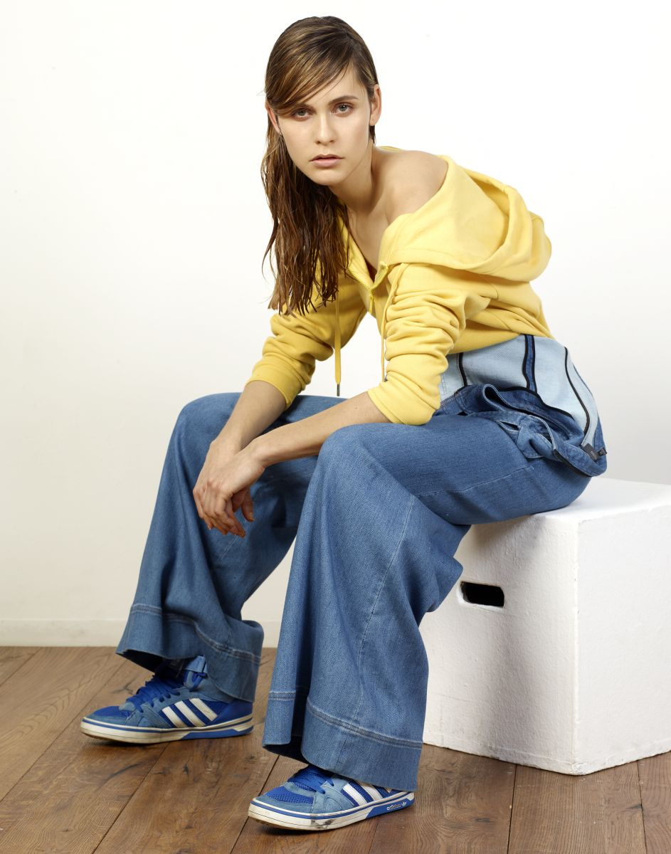 Balistarz-model-Paula-Salort-fashion-and-style-wearing-yellow-jumper-and-jeans