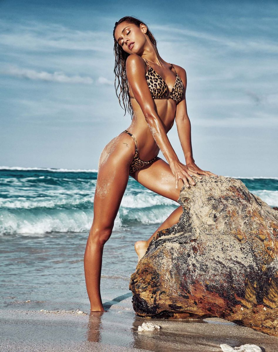 Balistarz-model-Paula-Salort-hot-and-tanned-in-her-swim-suit-shoot-at-the-beach