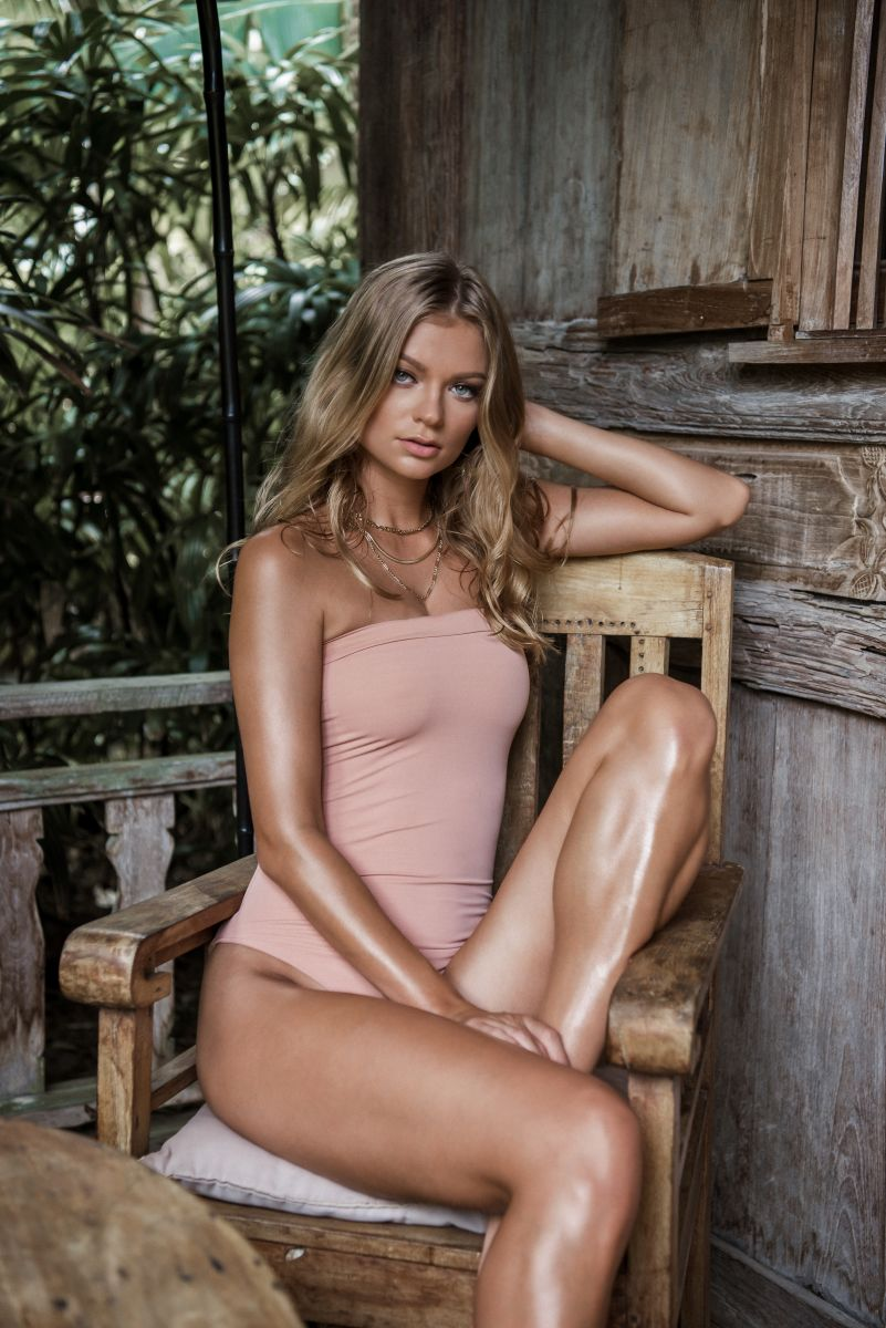 Balistarz-model-Polina-Batychek-Sitting-in-a-wooden-chair