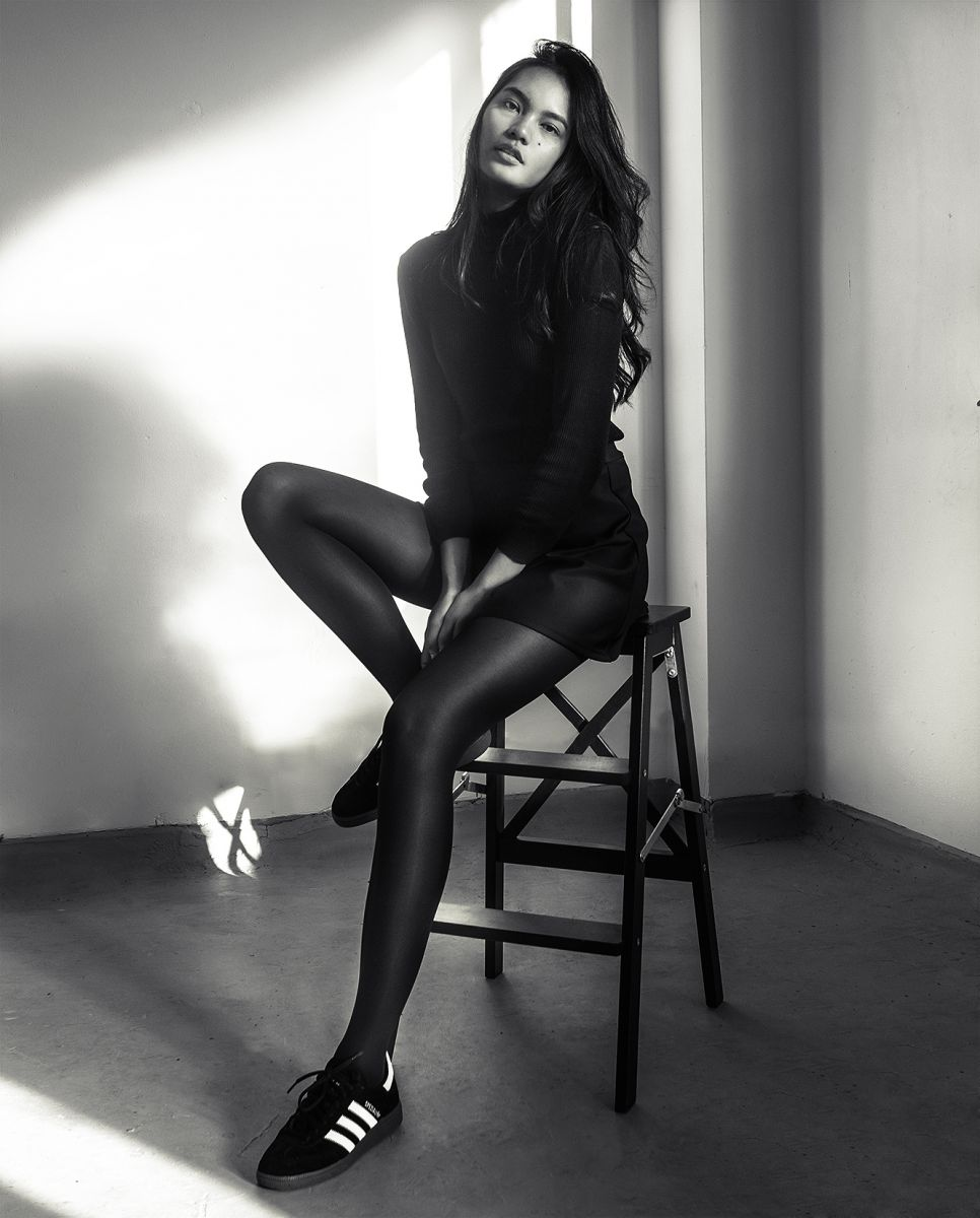 Balistarz-model-Putri-Sulistyowati-portrait-black-and-white-shoot-on-a-chair-with-a-black-sweater