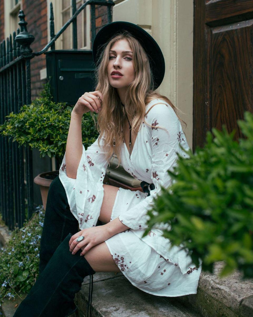 Balistarz-model-Rachel-Bowler-portrait-shoot-sitting-on-steps-in-trendy-clothing-looking-stunning