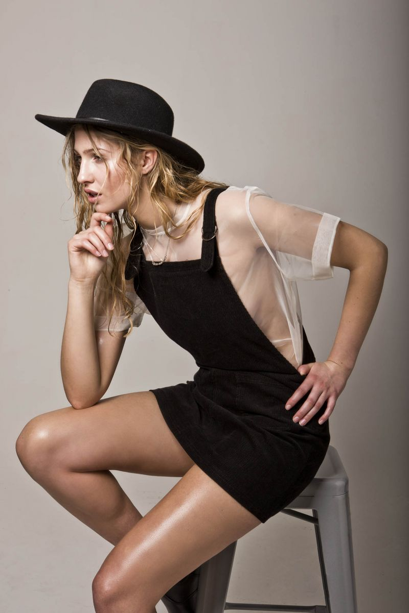 Balistarz-model-Rachel-Bowler-portrait-shoot-sitting-with-a-hat-and-a-stylish-outfit