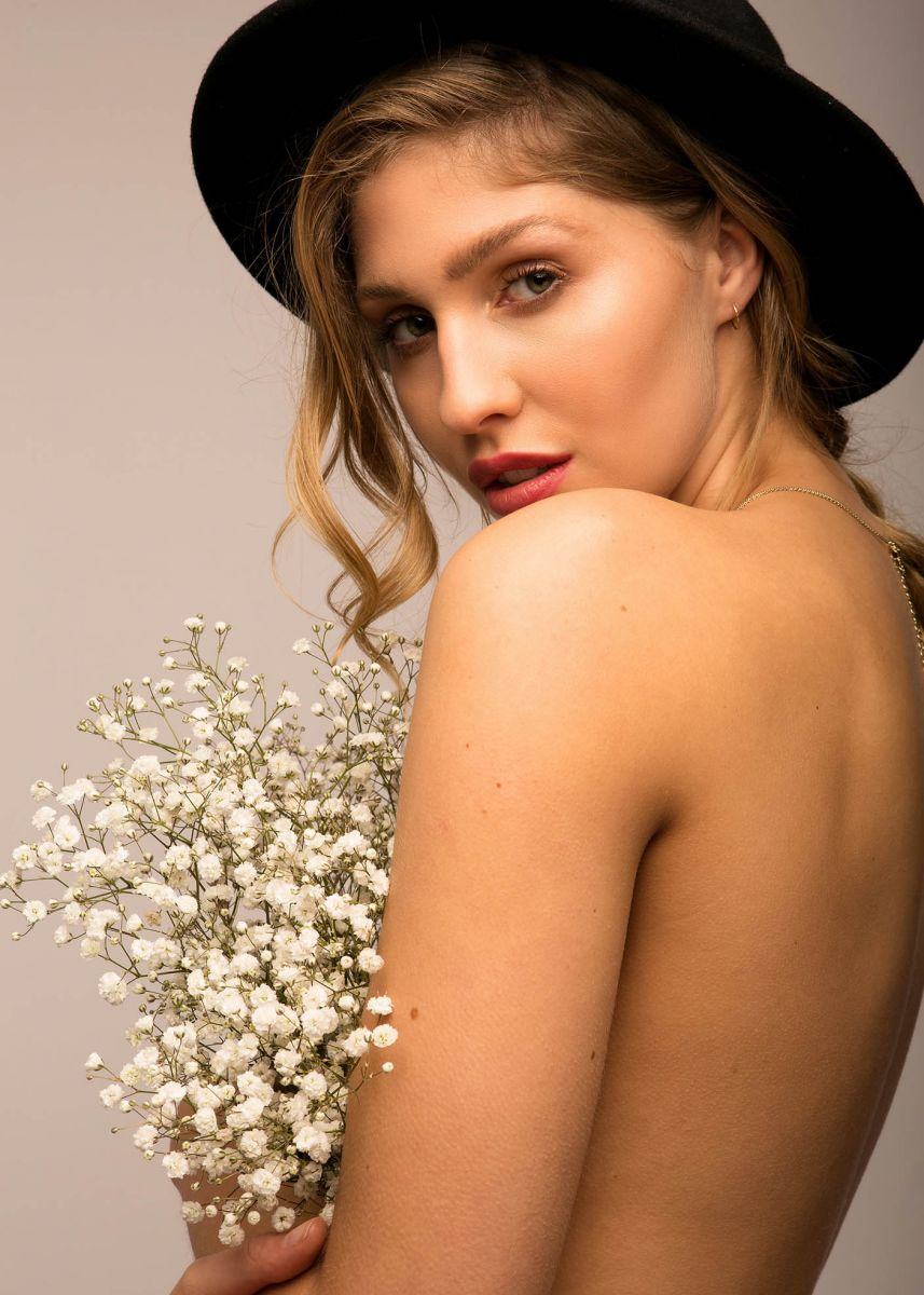 Balistarz-model-Rachel-Bowler-portrait-shoot-with-white-flowers-and-a-hat
