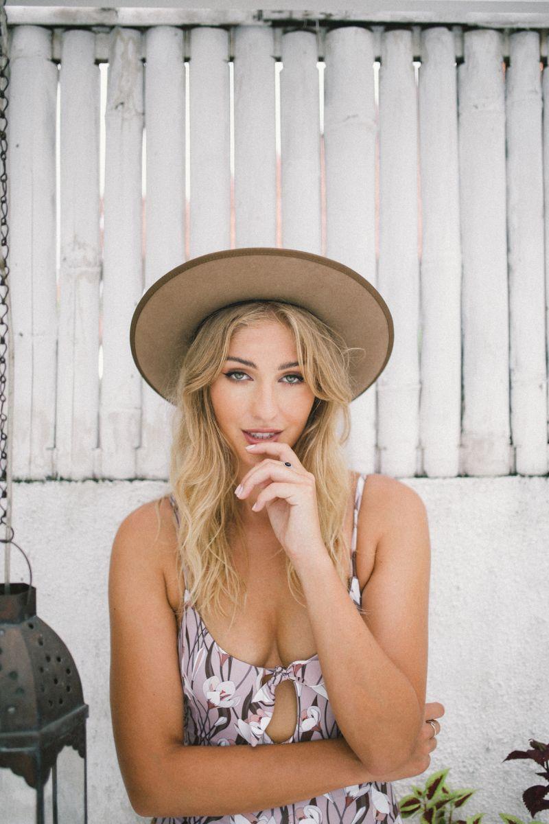 Balistarz-model-Rachel-Bowler-portrait-shoot-in-a-casual-top-and-hat