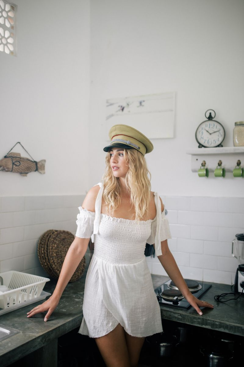 Balistarz-model_Rachel-Bowler-portrait-shoot-in-the-kitchen-with-a-white-dress-and-hat