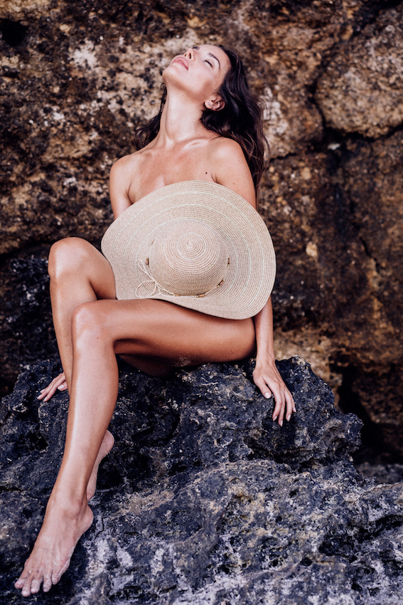 Balistarz-model-Renya-Gorlanova-portrait-shoot-sitting-on-a-rock-with-a-hat