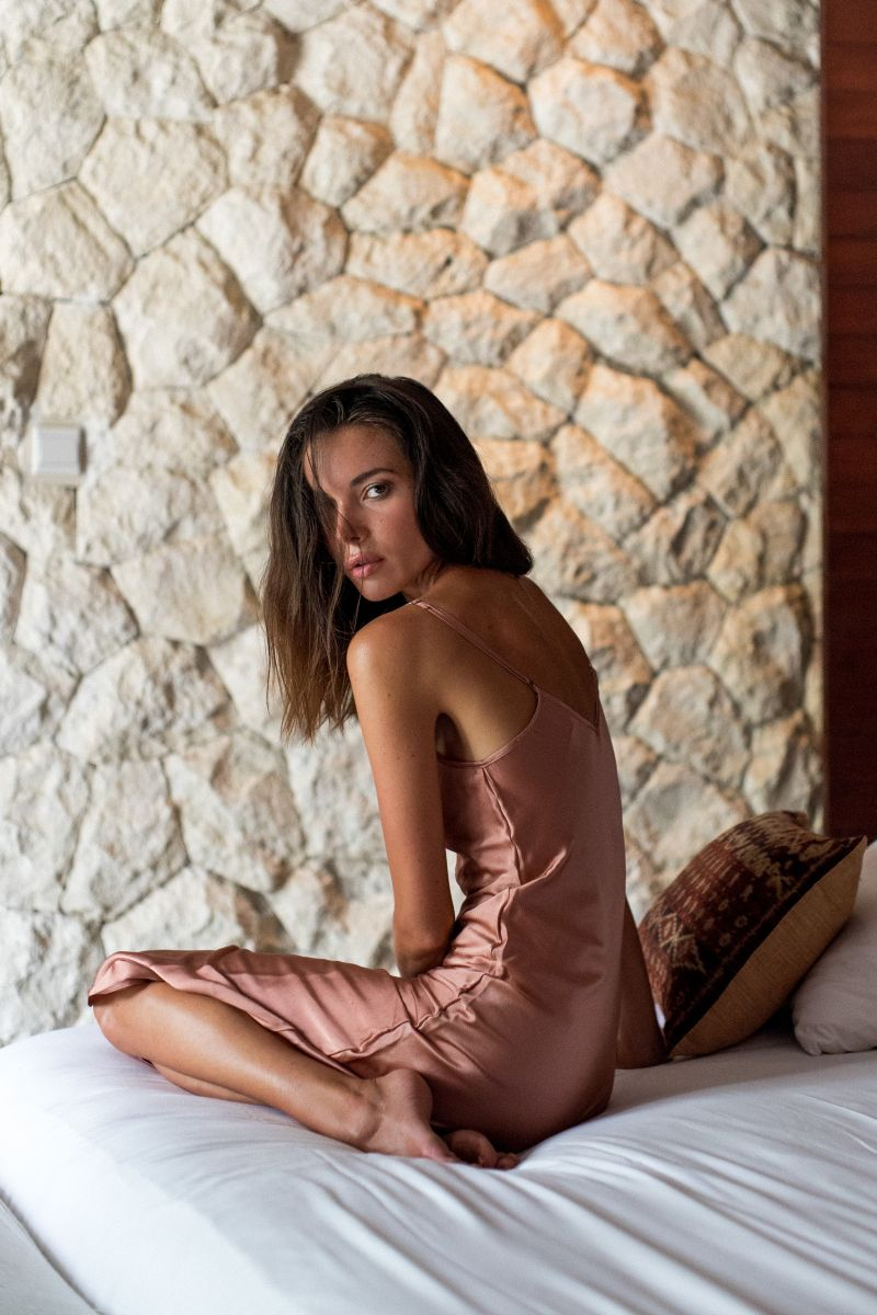 Balistarz-model-Renya-Gorlanova-bed-shoot-in-pink-dress