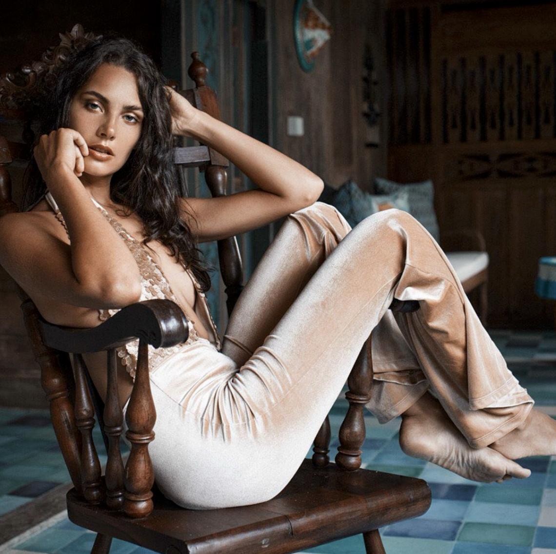 Balistarz-model-Rosalinde-Mulder-sitting-on-a-wood-chair