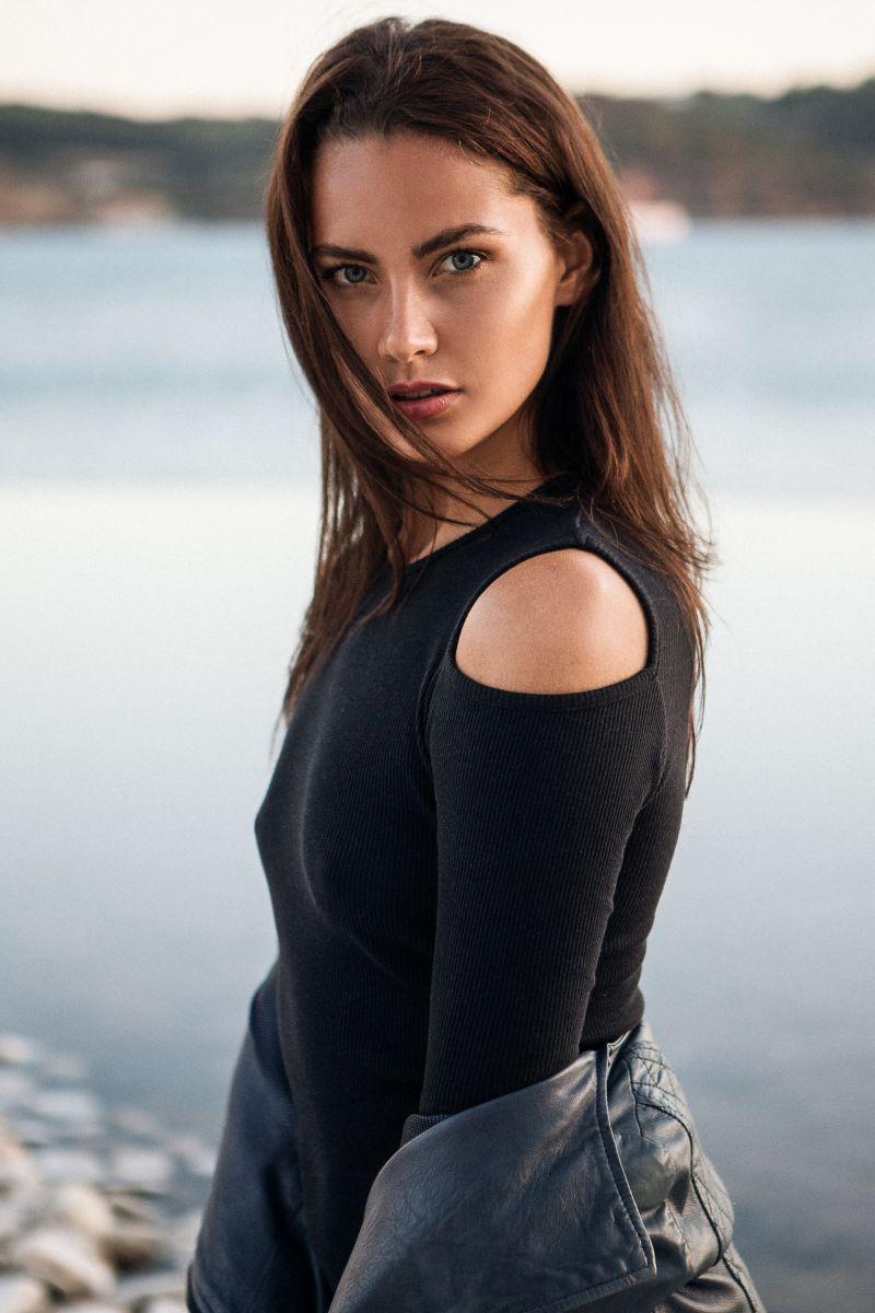 Balistarz-model-Rosalinde-Mulder-out-door-portrait-session-wearing-black-long-sleeves-shirt