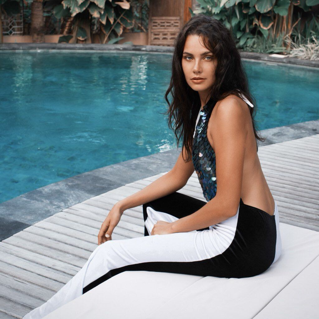 Balistarz-model-Rosalinde-Mulder-shot-at-the-side-of-a-pool-area