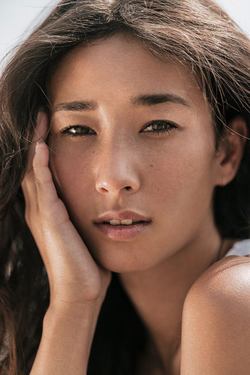 Balistarz-mode-Sharon-Coplon-headshot-portrait-shoot-rest-on-her-hand