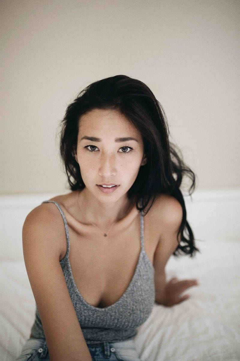 Balistarz-model-Sharon-Coplon-portrait-shoot-sitting-on-the-bed-with-a-casual-look