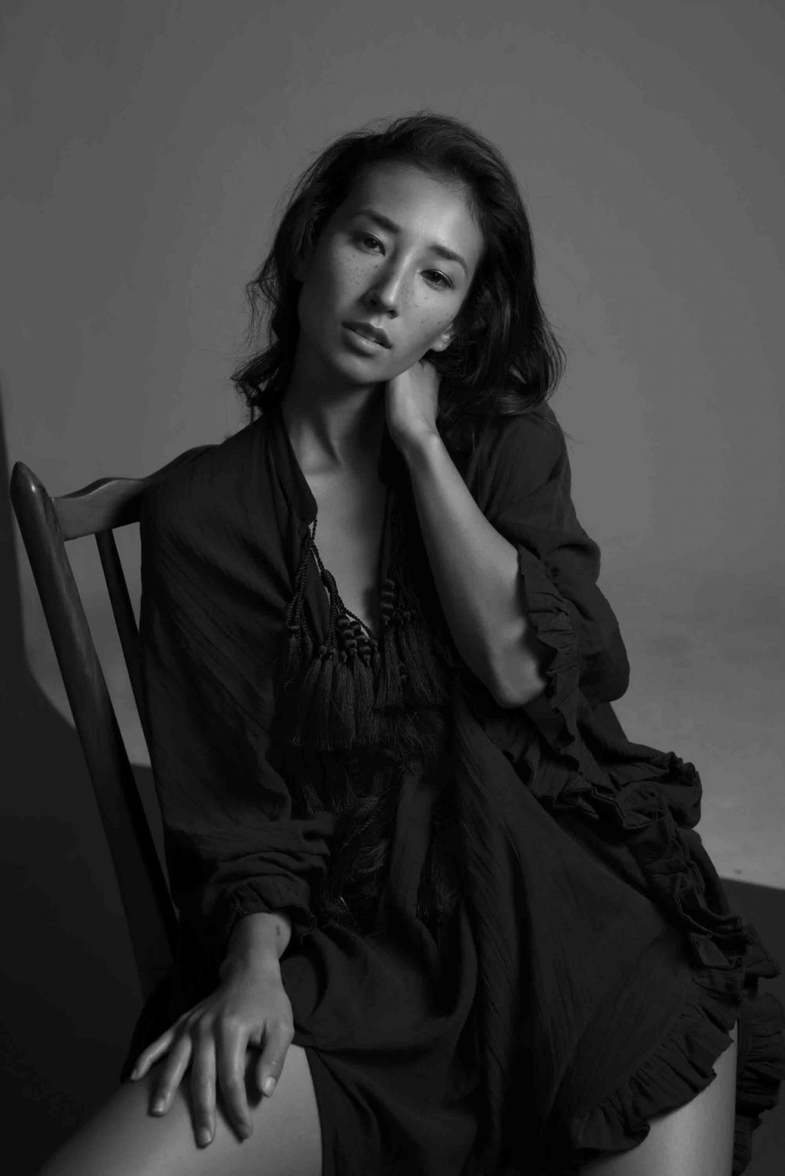 Balistarz-model-Sharon-Coplon-black-and-white-portrait-shoot-sitting-on-a-chair-in-casual-clothing